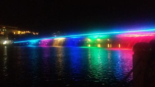Hồ Bán Nguyệt - Cầu Ánh Sao Địa chỉ này ở quận 7, TP HCM, hút khách nhất khi thành phố lên đèn và cuối tuần. Bên trong bờ hồ bố trí rất nhiều nhà hàng, quán bar, quán ăn sang trọng, cách đó không xa là cầu Ánh Sao. Vào các buổi cuối tuần, đèn từ cầu Ánh Sao tỏa ra những mảng màu liên tục thay đổi như 7 sắc cầu vồng.