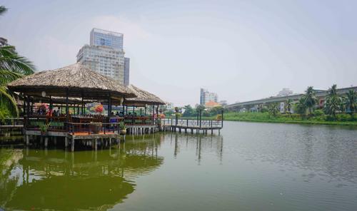 """Khu du lịch Văn Thánh  Giữa cái nắng của Sài Gòn, khu du lịch xuất hiện như một """"ốc đảo xanh"""", thuộc quận Bình Thạnh. Từ đây, bạn có thể tận hưởng không gian khoáng đạt bên hồ nước điểm những bông hoa súng, đi dạo qua những chiếc cầu nhỏ. Tất cả cho bạn cảm giác như đang lạc vào một mảnh đất miền Tây thân thiện."""