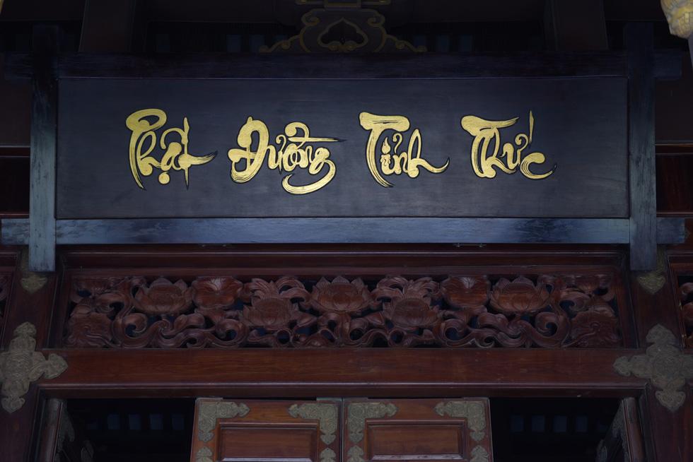 Chánh điện mang tên Phật đường tỉnh thức với kết cấu chủ đạo làm bằng gỗ - Ảnh: MINH HẢI
