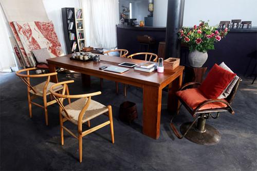 Trong căn nhà ở hồ Tây (Hà Nội) của nhà thiết kế Phạm Kiều Phúc, một trong những món đồ ấn tượng nhất là chiếc ghế kim loại ở bàn làm việc. Đây vốn là ghế cắt tóc cũ được chị mua lại và biến thành món đồ lạ mắt và thú vị trong nhà.