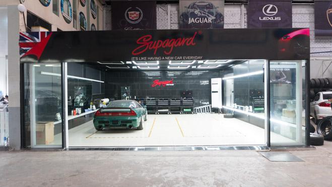 Khu vực làm đẹp xe Supagard với các dịch vụ chăm sóc ngoại/nội thất, dán cách nhiệt bảo vệ kính, chăm sóc da bọc ghế,… Các dịch vụ vá lốp, chăm sóc, bảo dưỡng từ Honda City cho đến Mercedes S-Class.