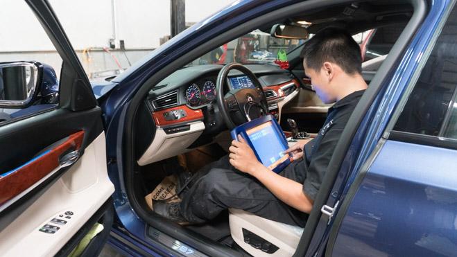 Quá trình đọc lỗi, cân chỉnh thước lái bằng thiết bị chuyên dụng cho BMW Alpina B7.