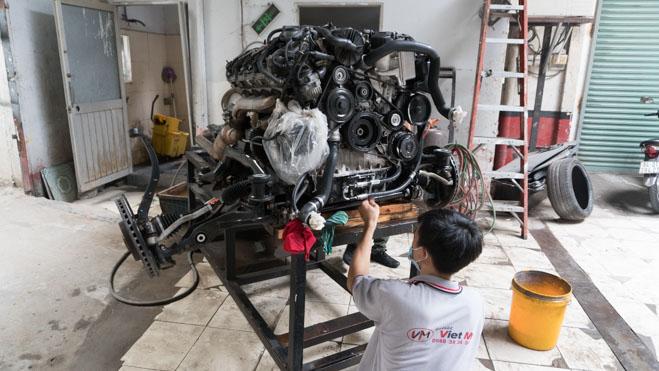Vệ sinh, bảo dưỡng động cơ V8 Mercedes.
