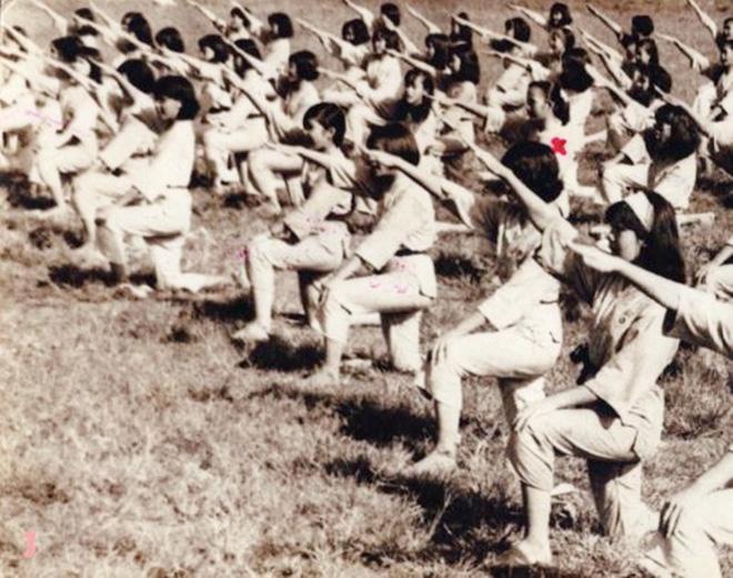 Nữ sinh Gia Long học võ Vovinam tại sân Hoa Lư năm 1967.
