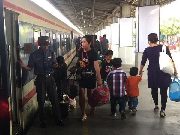 Nguyễn Văn Sơn - tiếp viên trên tàu SE 6 soát vé khách lên tàu.