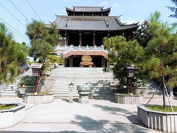 Tọa lạc tại phường An Phú Đông, quận 12, TP.HCM, tu viện Khánh An gây ấn tượng bởi những kiến trúc đậm màu sắc của xứ sở hoa anh đào