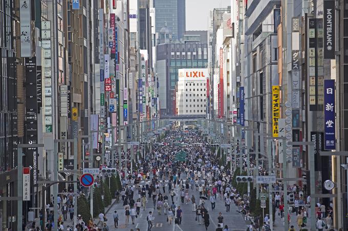 """""""Đặc sản"""" bảng hiệu ở Ginza khiến các tín đồ shopping lạc lối. Không thấy ai bán hàng rong vì tất cả đều được quy hoạch thành cửa hàng tiện lợi, nhà hàng, quán ăn đàng hoàng. Bảng hiệu của quán muốn treo lên cũng phải theo quy chuẩn về thiết kế, màu sắc nên các khu phố trung tâm Tokyo rất đẹp về đêm nhờ những ánh đèn neon."""