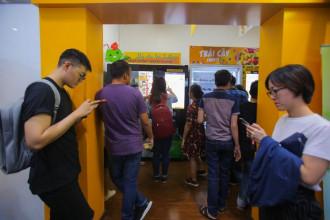 Những ngày này, nếu đi ngang những tuyến đường ở TP HCM như Hồ Tùng Mậu, Mạc Thị Bưởi hay khu vực toà nhà Bitexco sẽ thấy rất đông bạn trẻ xếp hàng chờ đợi để nhận những quả dừa miễn phí từ máy bán dừa tự động. Đa phần những người đến đây đều là các bạn trẻ và nhân viên văn phòng.