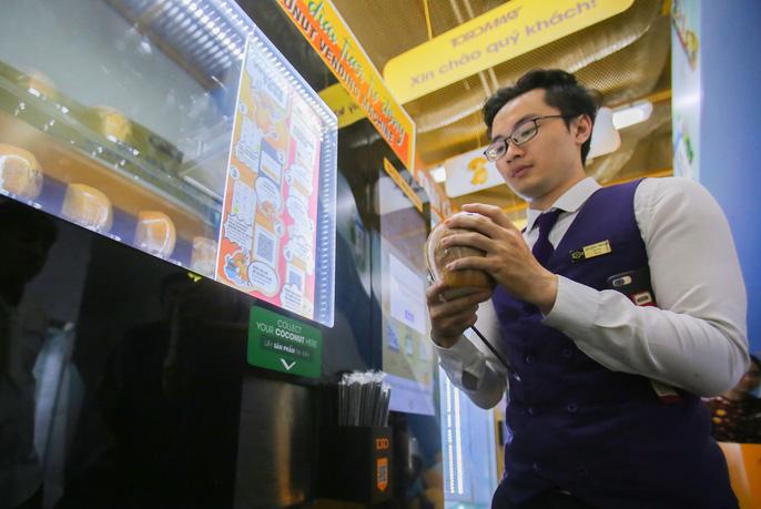 Nhiều người vốn đã quen với máy bán hàng tự động như snacks, nước giải khát, mì ly, cà phê... vẫn không khỏi háo hức, ngỡ ngàng trước những chiếc máy bàn dừa tự động độc đáo.