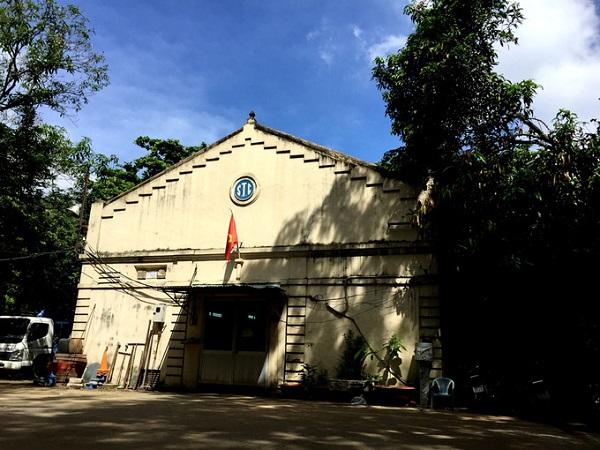Được xây dựng từ năm 1923, giếng nằm trong khuôn viên công viên cây xanh Gia Định quận Gò Vấp. Nhìn cơ sở cung cấp nước Tân Sơn Nhất và Gò Vấp, ít ai biết bên dưới tòa nhà thủy cục này vẫn còn một trong những giếng ngầm cổ nhất.