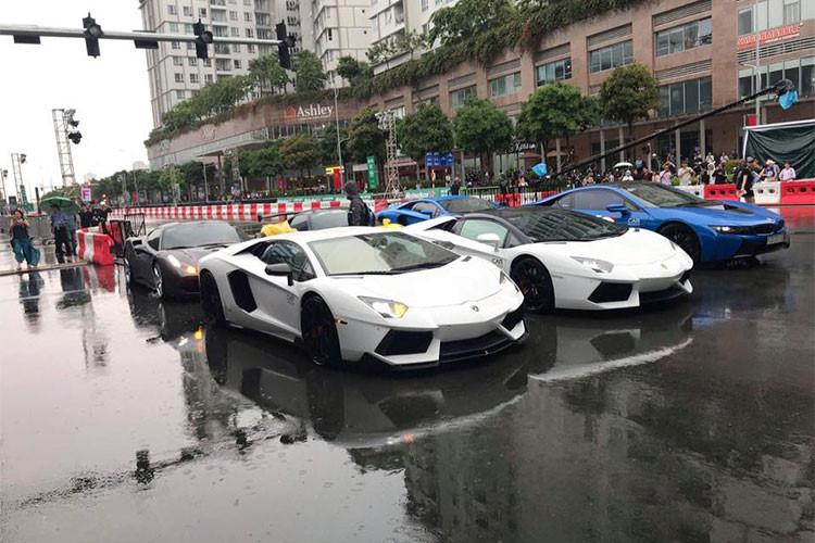 """Được biết, ngoài 7 chiếc siêu xe và xe thể thao xuất hiện tại """"trường đua"""" còn có một chiếc Ferrari 488 GTB vừa độ Misha Designs độc nhất Việt Nam nhưng được trưng bày bên trong hội trường của sự kiện."""