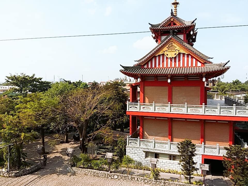 Nổi bật ở khu tu viện này là khu nhà tăng và khách đường với kết cấu bằng gỗ hoặc sơn màu giả gỗ cùng đường sắc thái màu đỏ