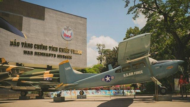 """Bảo tàng Chứng tích chiến tranh trưng bày một số hiện vật, hình ảnh trong chiến tranh Việt Nam với các chủ đề: lính Mỹ tàn sát, tra tấn, tù đày dân, rải bom phá hoại miền Bắc.Hiện vật máy bay, đại bác, xe tăng, máy chém và hai ngăn """"chuồng cọp"""" được xây dựng đúng kích thước như ở nhà tù Côn Đảo. Ngoài ra, có các phòng trưng bày vềchiến tranh biên giới Tây Nam, chiến tranh bảo vệ biên giới phía Bắc, vấn đề quần đảo Trường Sa, âm mưu của các thế lực thù địch..."""