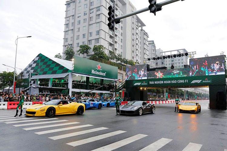 """Không chỉ xuất hiện tại sự kiện chỉ để """"tưng hàng"""", các siêu xe trong nhóm Car & Passion cùng Cường Đô la cũng đã có màn biểu diễn đầy phấn khích và chở theo những người đẹp chạy vòng quanh trường đua nhằm làm nóng không khí diễn ra sự kiện biểu diễn xe đua F1."""