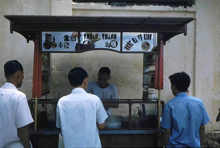 """Một quầy giải khát vỉa hè với dòng chữ """"nước đá vệ sinh"""" dàn ở phía trước, 1961. Ảnh tư liệ"""