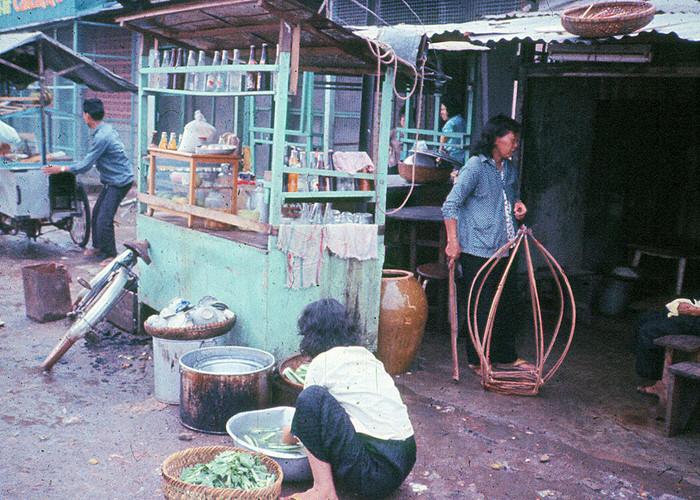 Khung cảnh khá bừa bộn tại một quán giải khát vỉa hè ở Sài Gòn năm 1965. Ảnh: Bruce Baumler