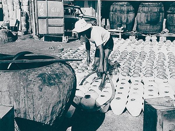 Chế biến nước mắm tại một cơ sở sản xuất ở Sài Gòn