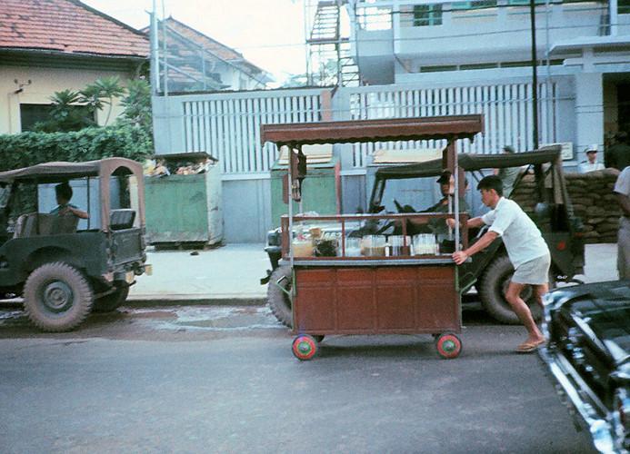 Người đàn ông đẩy quầy giải khát của mình trên đường Đoàn Thị Điểm, Sài Gòn năm 1965. Ảnh: Dick Lee.