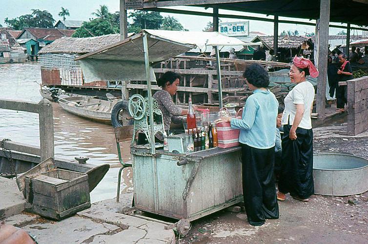 Quầy giải khát và nước đá bào tại chợ cá ven sông, Sài Gòn năm 1965. Ảnh tư liệu.