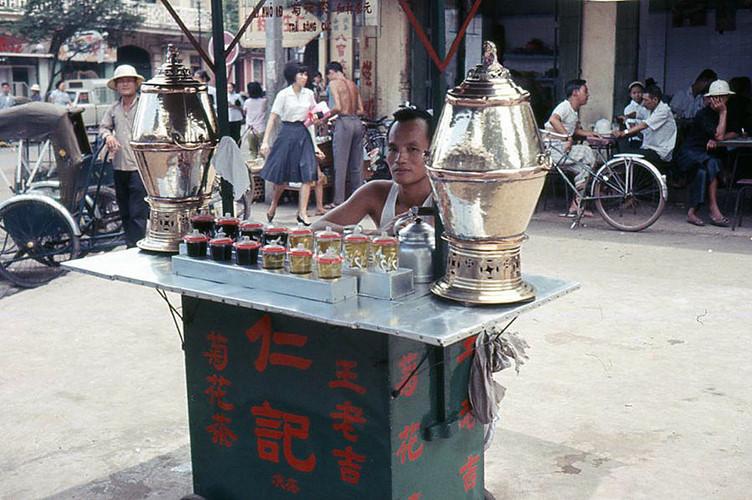 Quầy bán trà bông cúc của người Hoa ở Chợ Lớn năm 1965. Một li nhỏ có giá 1 đồng. Ảnh: Howard Johnson.