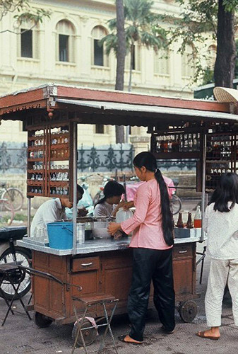 Quầy giải khát trước Bưu điện Trung tâm, Sài Gòn năm 1971-1972. Ảnh: John Binfield