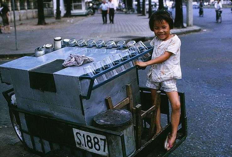 Bé gái trên xe bán nước dừa ở đường Nguyễn Hậu, bên hông nhà thờ Đức Bà, 1966. Ảnh tư liệu