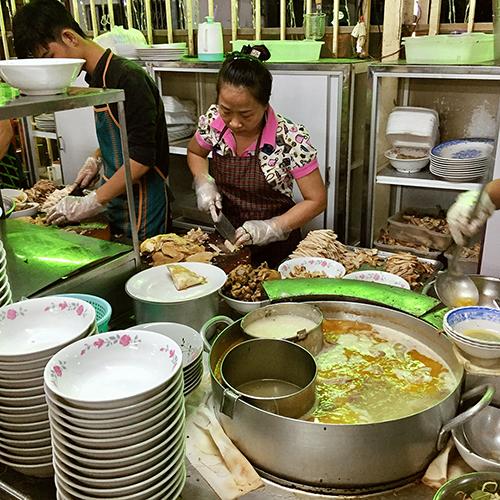 """Khách quen trước đây thường gọi là quán bà Một. Thực đơn của quán cũng không có miến hay phở gà nổi tiếng như bây giờ. Giải thích về sự điều chỉnh này, chủ quán cho biết vì nhiều người Bắc vào Sài Gòn từ những năm 80. """"Gia đình tôi nhận ra phải thay đổi thực đơn, cách nấu lẫn nguyên liệu để món ăn đa dạng hơn, phục vụ được nhiều khách hơn""""."""