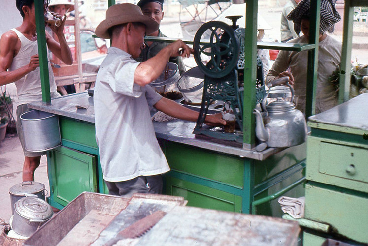 Một quầy đá bào trên vỉa hè Sài Gòn thập niên 1960. Ảnh tư liệu.