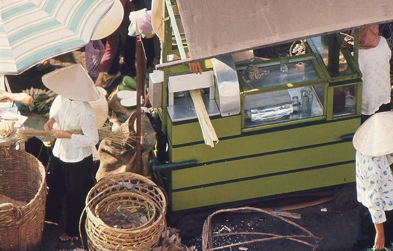 Quầy nước mía ở một khu chợ, khoảng năm 1965-1966. Ảnh tư liệu.