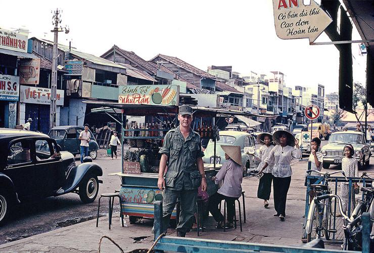 Người lính Mỹ đứng cạnh quầy giải khát trên đường Đề Thám, 1968. Ảnh: William Ruzin.