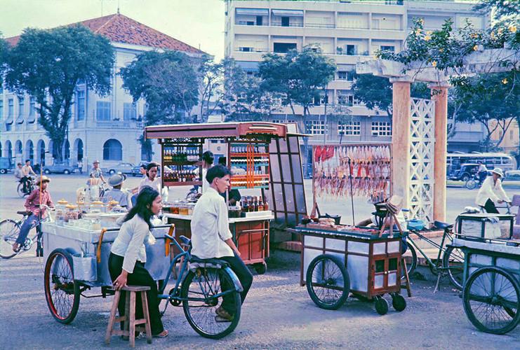 Quán giải khát và các quầy đồ ăn vặt ở bến Bạch Đằng, đầu đại lộ Nguyễn Huệ, thập niên 1960. Ảnh tư liệu.