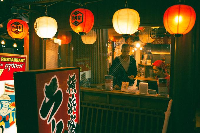"""Một trong những điều thú vị về nước Nhật mà anh chàng khám phá được là những quán ăn nổi tiếng và lâu đời ở Nhật (từ 300 năm trở lên) thường rất đông khách và họ chỉ phục vụ độc nhất một loại thức ăn. Muốn ăn, khách phải đặt bàn trước khoảng 1 tháng. Có nhiều quán không nhận trả tiền trước. Khoảng 1 tuần trước ngày hẹn, quán gọi điện thoại để nhắc khách. Không có khách nào """"hủy kèo"""" giữa chừng, hoặc nếu thực sự không thể đến được, khách sẽ trả đầy đủ chi phí bữa ăn mà mình đã đặt trước để không bị vào danh sách đen."""