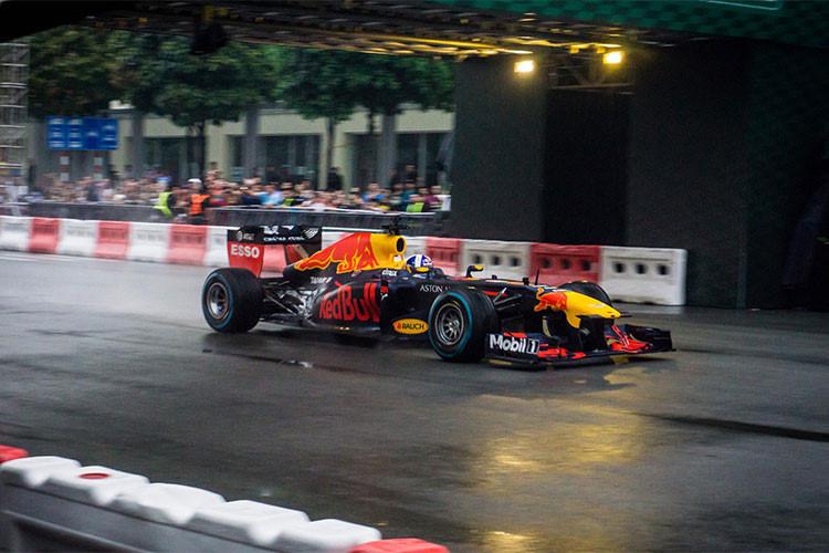 Trên đường đua mô phỏng ở khu đô thị Sala, TP HCM một đoạn đường thẳng không khúc cua, tay đua David Coulthard đã có 3 màn chạy trình diễn với xe đua F1. Tại hai đầu và ở giữa đường đua, David Coulthard đem đến cho người xem những màn drift và donut quay vòng tròn chiếc F1 điệu nghệ, nhuần nhuyễn.