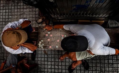 Sài Gòn đôi khi đơn giản chỉ là 1 ván cờ giữa những người bạn già đang tìm sự tĩnh tại ( photo by: Ahmad Al Zarouni)