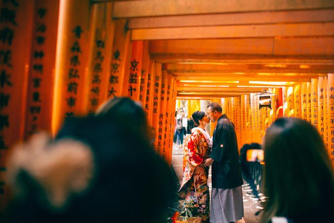 Những cánh cổng tori trong ngôi đền ở Kyoto hút khách thập phương, người kéo đến đông nghịt, đi thành hàng dài không có lấy một khoảng trống để chụp ảnh khiến anh chàng mất gần 45 phút mới chụp được tấm hình ưng ý.