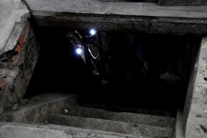 Miệng giếng hình chữ nhật, đủ một người chui, bên dưới là những bậc thang làm bằng xi măng để dẫn trung tâm giếng sâu gần 20 mét so với mặt đất. Thời Pháp thuộc, Sài Gòn là trung tâm kinh tế, thương cảng quan trọng nhất ở Viễn Đông. Việc cấp nước cho đô thị này là vấn đề phức tạp đặt ra cho các nhà quy hoạch đô thị thời bấy giờ. Do địa hình Sài Gòn thấp và phẳng, vùng phụ cận Sài Gòn không có suối, nên giếng cạn là biện pháp duy nhất để có nguồn nước sạch.