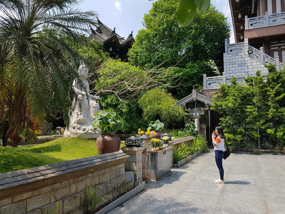 Khuôn viên xung quanh vô cùng sạch sẽ, uy nghiêm, thanh tịnh, rợp bóng cây xanh, cảnh quan thiên nhiên mát mẻ nên ngay khi bước chân vào tu viện bạn sẽ cảm nhận được sự thanh tịnh