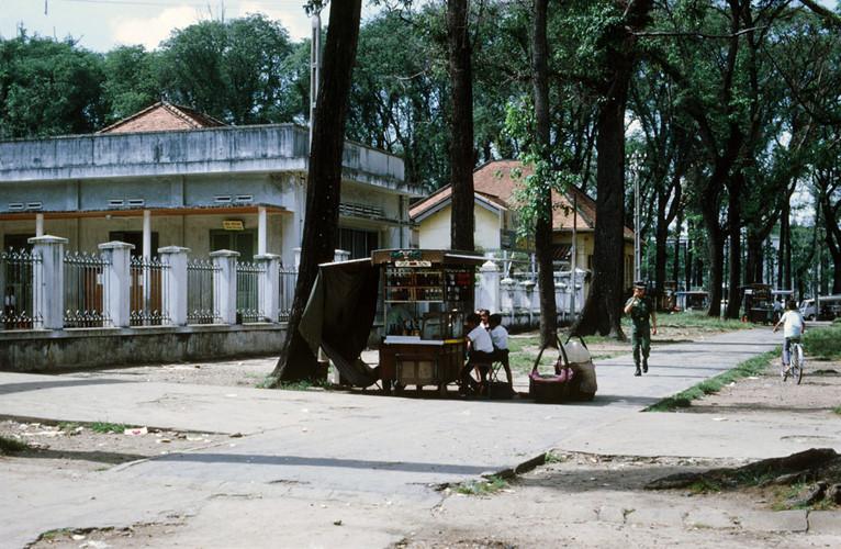 Quán giải khát bên ngoài trường Tiểu học Hòa Bình, gần nhà thờ Đức Bà, 1969. Ảnh tư liệu.