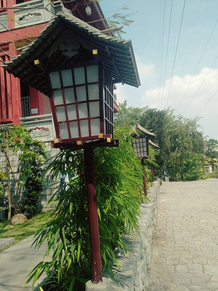 Quanh khuôn viên của chùa là những chiếc đèn làm bằng gỗ và giấy có hình lục giác, thường thấy trong các lễ hội hoặc ở lối đi cổng đền chùa của Nhật Bản