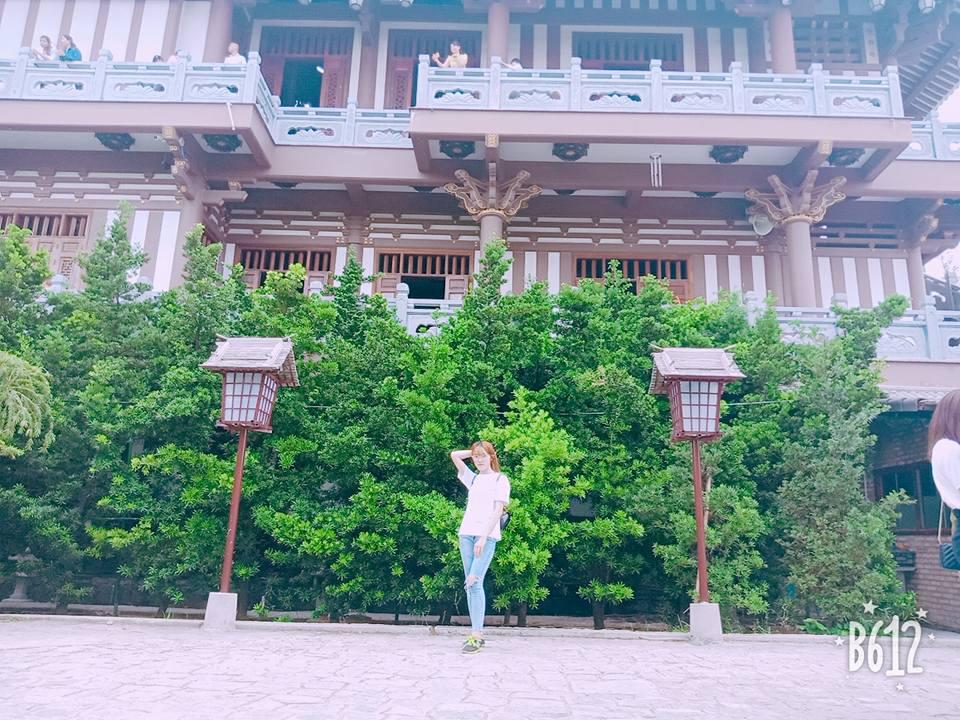 Đặt chân đến đây, bạn sẽ được hòa mình vào một không gian yên bình mang đậm bản sắc Nhật Bản. Nơi đây được xây dựng theo kiến trúc Phật giáo Nhật Bản với những chiếc chuông gió treo khắp nơi tạo ra những âm thanh trầm bỗng du dương khiến cho ai viếng cảnh chùa như lạc vào một thế giời tâm linh đầy an lạc