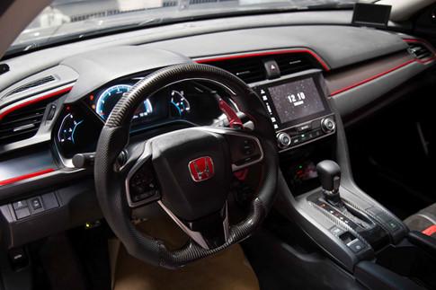 Nội thất độ nhẹ, công suất nguyên bản 170 mã lực của xe được đẩy lên gần 300 mã lực