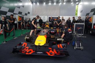 """Ngày 4/5/2018 vừa qua đã trở thành một cột mốc đặc biệt khi lần đầu tiên một chiếc siêu xe đua F1 (xe đua Công thức 1) xuất hiện tại Việt Nam, dưới sự điều khiển, trình diễn của cựu tay đua David Coulthard và đội ngũ kỹ thuật của Red Bull Racing trong khuôn khổ sự kiện """"Trải nghiệm hoàn hảo cùng F1"""" diễn ra tại TP HCM."""