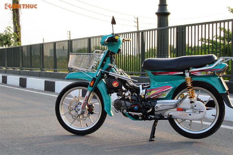 Chiếc Honda Dream đời cũ được sản xuất tại Thái Lan trong bài viết này của một người chơi xe Sài Gòn, tuy nhiên chiếc xe đã được người chơi làm mới lại dàn vỏ với màu xanh đầy cá tính, nổi bật ngoài đèn chiếu sáng halogen còn được độ đèn báo và xi nhan dạng led. Phía trước xe được trang bị thêm giỏ chở hàng phong cách.