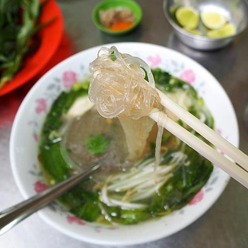 """Anh Quân (Quận 8) là thực khách quen của quán nhiều năm nay chia sẻ: """"Cứ mỗi lần có bạn bè từ nơi khác đến Sài Gòn chơi hoặc công tác thì tôi đều dẫn ra quán này. Quán có nhiều món ăn đa dạng và thịt gà ở đây thì không thể nào chê được""""."""