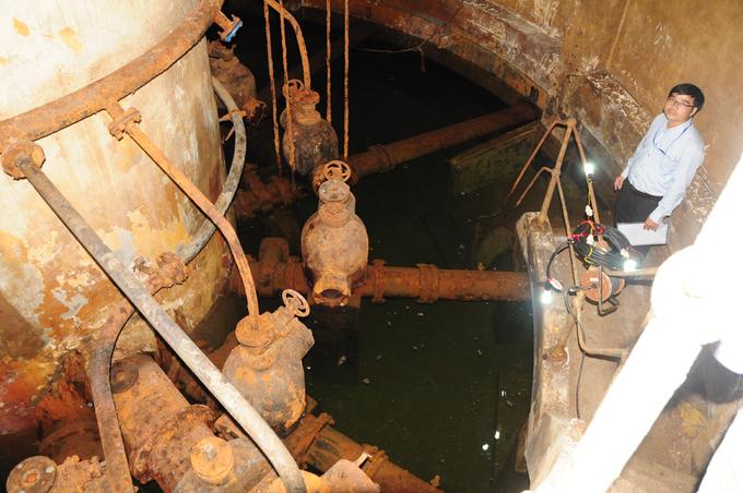 Năm 1862, người Pháp bắt đầu xây dựng hệ thống khai thác nước ngầm đầu tiên, đến năm 1880 đưa vào hoạt đông cung cấp nước cho người dân Sài Gòn với công suất 1.000-1.500 m3/ngày. Trong những năm tiếp theo, chính quyền Pháp cho xây dựng một loạt cụm giếng cạn (captage) để cung cấp nước cho Sài Gòn - Chợ Lớn.