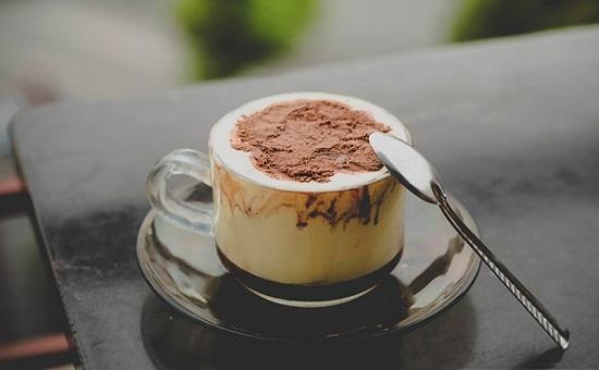 Sự hòa quyện giữa trứng béo ngậy, thơm cà phê, ngọt của sữa trong cà phê trứng chắc chắn sẽ mê hoặc bạn. Trứng chủ yếu được lấy lòng đỏ, khử tanh và pha chế theo công thức từng quán. Tận hưởng không khí sớm mai của Sài Gòn với một tách cà phê trứng là một trải nghiệm ấn tượng.