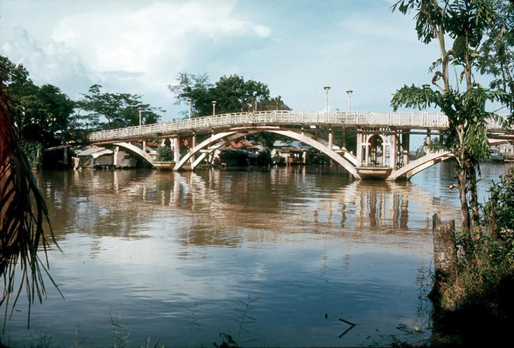 Đến những năm 1990, cầu đã xuống cấp trầm trọng và có nguy cơ sụp đổ, đồng thời mặt cầu cũng là nơi các đối tượng nghiện hút thường tụ tập tiêm chích. Trước tình hình này, cây cầu lịch sử của Sài Gòn xưa đã bị dỡ bỏ. Ảnh tư liệu.
