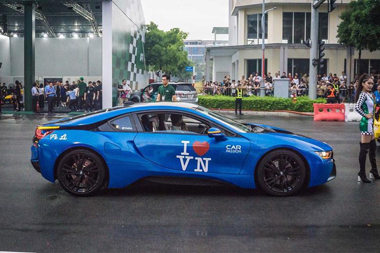Siêu xe BMW i8 của một thành viên nữ trong nhóm Car & Passion. Xe được trang bị động cơ 1.3l tăng áp 3 xi-lanh tăng áp 231 mã lực nằm giữa, cùng với mô-tơ điện 131 mã lực ở bánh trước, động cơ chỉ mất 4,4 giây để đạt 100 km/h trước khi tới tốc độ tối đa 250 km/h.