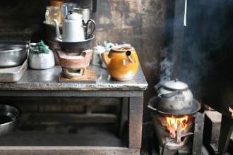 """Cà phê vợt là một trong những nét đặc trưng của Sài Gòn. Nghỉ hè và thưởng thức cà phê vợt ở thành phố mang tên Bác, du khách có thể chọn quán lề đường trong hẻm 330 Phan Đình Phùng (quận Phú Nhuận). Với """"thương hiệu"""" hơn 60 năm, đây đã trở thành địa chỉ quen thuộc của người Sài Gòn. Giá mỗi ly dao động từ 14.000 -16.000 đồng."""