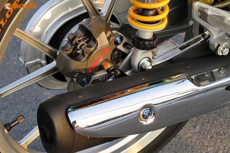 """Hệ thống ống xả được làm mới với pô Cz-i Ver2 thon gọn. Bộ mâm nan nguyên bản đã được thay bằng Daytona dạng chữ Y 5 chấu. Giống như nhiều chiếc Dream Thái kiểng độ khác, """"nội công"""" của chiếc xe này cũng đã được nâng cấp nhẹ nhàng bằng cách up full máy với piston, tay biên... Dàn lửa của chiếc xe cũng đã được làm lại."""